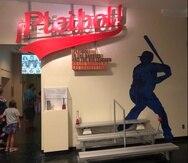 La exhibición refleja cómo el béisbol permitió a los latinos en Estados Unidos crearse espacio en sus comunidades.