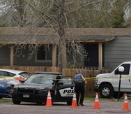 Oficiales de la Policía de Colorado Springs investigan la escena.