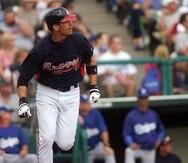Javy López, aquí iniciando la carrera hacia primera base tras conectar un batazo de vuelta completa con Atlanta, jugó 12 de sus 15 temporadas con los Braves.