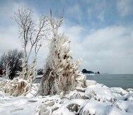 Vista de las aguas heladas del lago Michigan en Chicago, Illinois.