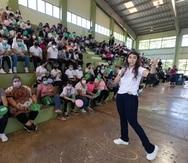 Stephanie Gómez, a la derecha, habló con los alumnos sobre periodismo y redes sociales, y cómo estas plataformas pueden utilizarse para contar historias de forma innovadora y educativa.