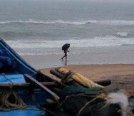 La escena anticipando el ciclón Yaas, en una playa de Odisha, India.