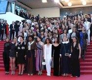 Ochenta y dos mujeres de la industria cinematográfica protestan en los escalones del Palacio de Festivales para exigir igualdad de género en la industria