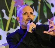 El cantante Miguel Bosé afirmó que a través de la aplicación de la vacuna se implantaríann microchips de control global en las personas, por lo que fue fuertemente criticado.