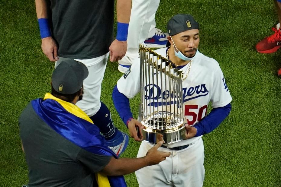 Mookie Betts, la pieza de canje en 2020 que luego firmó un contrato multianual con los Dodgers, sostiene el campeonato.