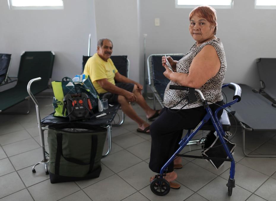Angel Pérez y Luisa Torres se refugian en el Centro Comunal en la Urbanización Alturas de Peñuelas II.