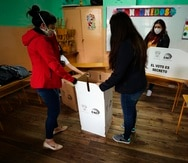 Jurados electorales instalan un puesto de votación hoy en un centro electoral en Quito, Ecuador.