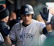 Giancarlo Stanton es saludado al regresar al dogout de los Yankees luego de conectar su primero de dos cuadrangulares en el juevo del viernes.