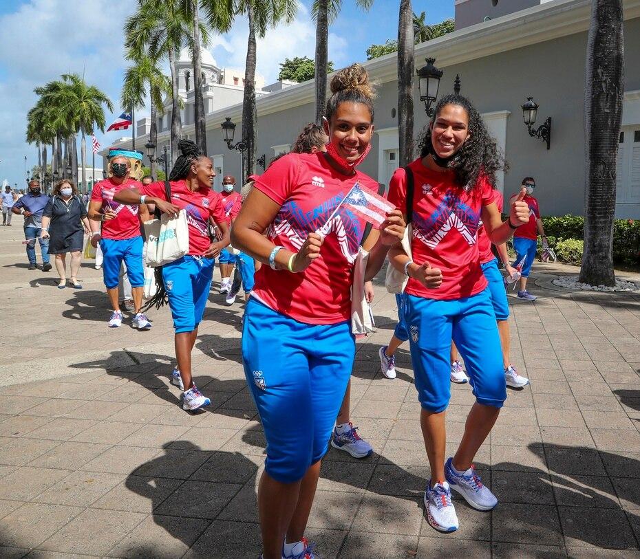 Las baloncelistas Isalys Quiñones, a la derecha, e India Pagán participaron de la corta caminata que llevó a la delegación hasta los portones de La Fortaleza.