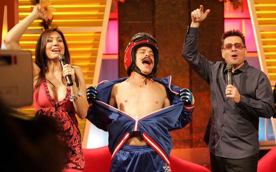 """El comediante Raulito Carbonell asumió el personaje de """"Super Moncho"""" durante un programa especial de No te Duermas en 2008. (GFR Media)"""
