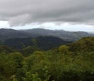 Vista de cielo nublado desde la zona montañosa.