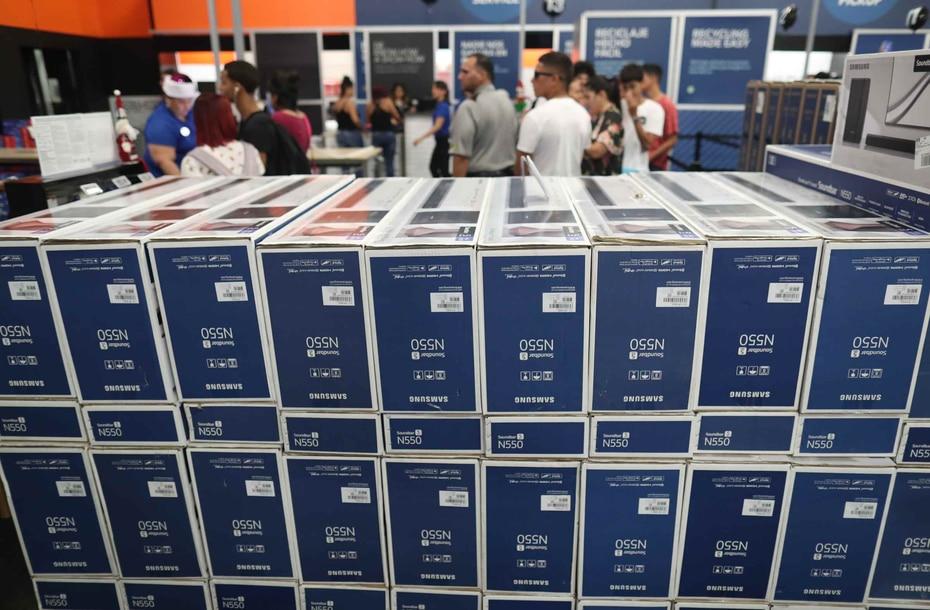 En la imagen se muestran docenas de sistemas de sonido para televisores del fabricante Samsung.