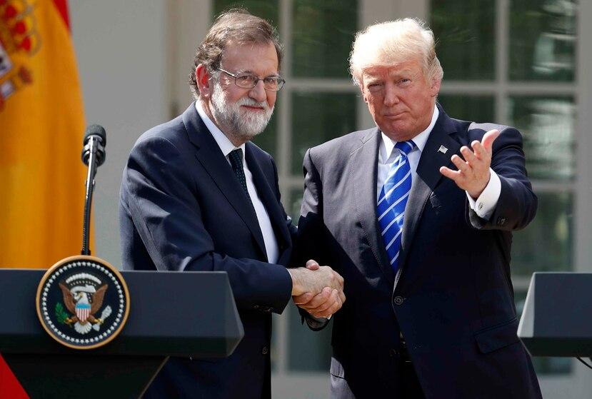 Mariano Rajoy, presidente de España, le estrecha la mano al presidente de Estados Unidos, Donald Trump. (AP)