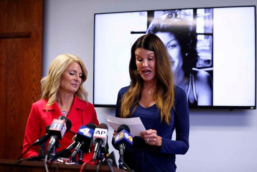 La modelo Janice Dickinson, a la derecha, habla en una conferencia de prensa. (AP/Katherine Campione)