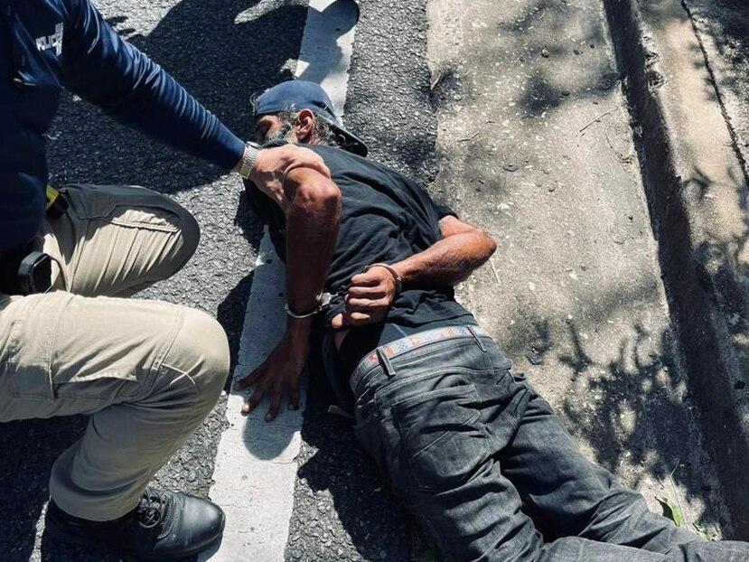 Foto suministrada por el Negociado de la Policía que muestra el momento en que arrestaron al sospechoso de secuestro y carjacking en Isabela.