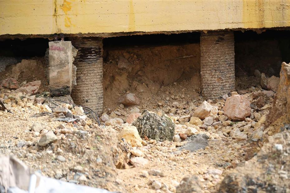 La base de cemento de uno de los tanques quedó completamente destruido debido al movimiento telúrico.