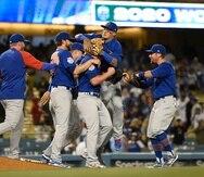 Javier Báez y los Cubs celebran el no-hitter completado por el cuerpo monticular frente a los Dodgers.