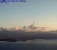 En esta imagen de una cámara web, captada el jueves 5 de agosto de 2021 y proporcionada por el Observatorio de Volcanes de Alaska, se ve el volcán Pavlof en erupción.
