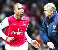 Thierry Henry (izquierda) le pasa por el frente al técnico del Arsenal, Arsene Wenger, mientras celebra el gol de la victoria contra el Manchester United durante el partido de la Premiership en el Emirates Stadium de Londres el 21 de enero de 2007. Wenger es una de las personas que impulsa que la Copa Mundial sea cada dos años, algo que Henry no ve bien.