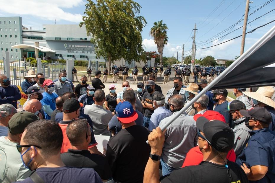 Los empleados se movilizaron en masa hasta la Comandancia de Ponce al conocer sobre el arresto de tres trabajadores de la AEE.