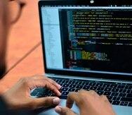 Dramatización de un experto en alteración de algoritmos de un sistema operativo (hacker).