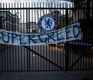 Una pancarta colgada en los portones de la entrada del estadio Stamford Bridge de  Chelsea en contra de la integración del equipo a la Superliga.