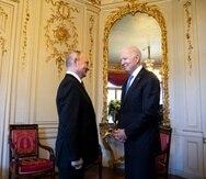 Los presidentes Vladímir Putin (izq.) y Joe Biden se reunieron el mes pasado en Ginebra.