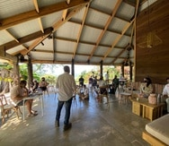 El artista Luis Berríos y el director de Para la Naturaleza, durante uno de los conversatorios que ha llevado a cabo el artista como parte de la residencia artística.