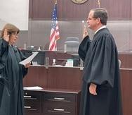 La jueza Aida Delgado Colón tuvo a su cargo la ceremonia de juramentación del nuevo juez presidente, Raúl Arias Marxuach, llevada a cabo en la sede del Tribunal Federal en San Juan.