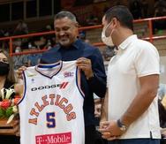 Eddie Casiano recibe la camiseta de los Atléticos por parte del apoderado de San Germán, Pedro Ortiz.