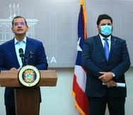 El gobernador Pedro Pierluisi junto al secretario de Salud, Carlos Mellado, durante el anuncio de la nueva orden ejecutiva que entra en vigor el jueves, 2 de septiembre.
