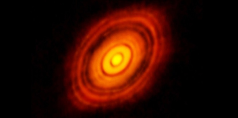 Los planetas se forman en el plano medio de discos de partículas de gas y de polvo que rodean a estrellas jóvenes y, hasta ahora, los astrónomos no habían podido observar este plano medio. (ALMA / NRAO / ESO / NAOJ)