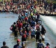 Migrantes haitianos usan una represa para cruzar entre México y Estados Unidos el viernes 17 de septiembre de 2021 en Del Rio, Texas.