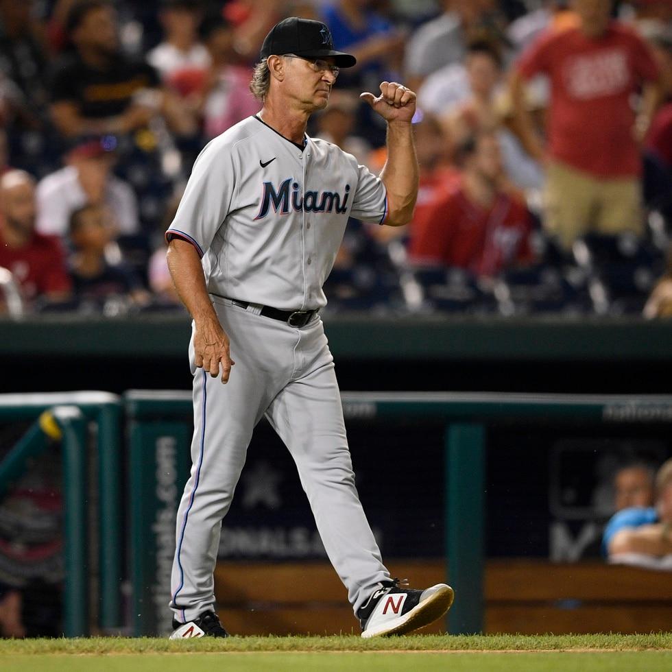 Don Mattingly, manager de los Marlins de Miami, camina hacia el montículo para ordenar la llegada de un nuevo pitcher al juego del lunes 19 de julio de 2021, ante los Nationals de Washington.