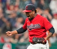 El dominicano Emmanuel Clase, relevista de los Indians de Cleveland, festeja tras conseguir el salvamento en el juego ante los Royals de Kansas City.