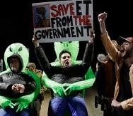 Las personas llegaron con pancartas pidiendo al gobierno que libere a los extraterrestres. (AP)