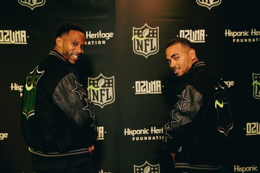 """El artista junto al jugador Víctor Cruz, quien fue receptor de los New York Giants, durante el anuncio de la nueva campaña """"Por la cultura"""" de la NFL.  Suministrada/Albizu Albikon"""