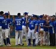 Jugadores de los Tiburones de Aguadilla celebran tras una de sus dos victorias en la jornada dominical.