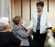 En la foto, Doris Báez, sobrina de la artista junto a Carmen Ruiz de Fishler y Nereidín Feliciano.