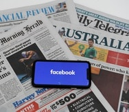 Facebook genera ingresos del contenido noticioso de los medios pero no invierte en su producción.