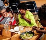 """s personas mayores, que constituyen la mayoría de los vacunados, han estado cenando dentro de sus casas, abrazando a sus nietos y organizando fiestas, mientras que muchas personas más jóvenes aún no cumplen con los requisitos o se encuentran repetidamente con el mensaje de """"no hay consultas"""" cuando han intentado pedir una cita para la vacunación."""