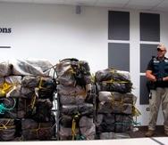 El comunicado indica que los oficiales del CBP descubrieron la mercancía al abrir el contenedor que contenía doce bultos de lona -envueltos en plástico transparente-, cinco junto a la puerta y siete mezcladas con el producto.