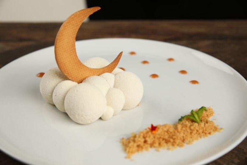 """Nube de Guineo, una luna decorativa sobre una """"mousse"""" de guineo."""