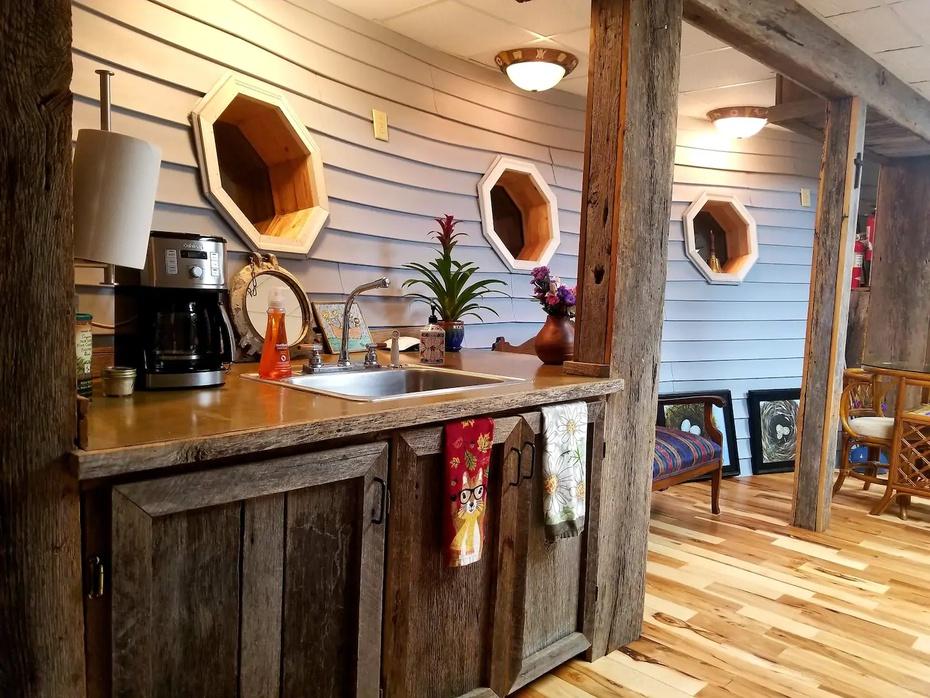 El arca uenta con cocina, una habitación, un baño y hasta jacuzzi.