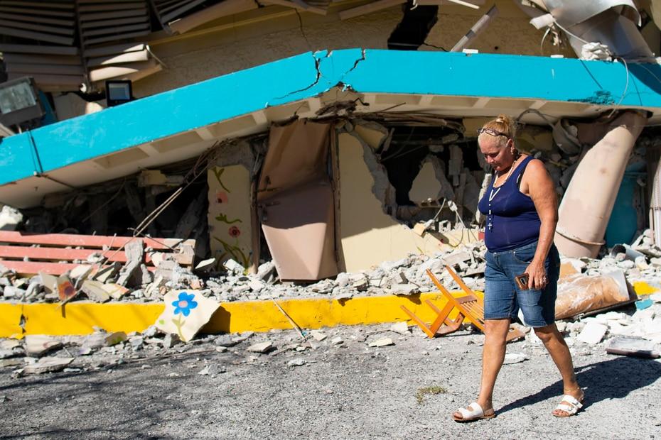 Aurea Santiago, encargada del comedor de la escuela Agripina Seda en Guánica, recorre los escombros del recinto que colapsó tras el temblor.