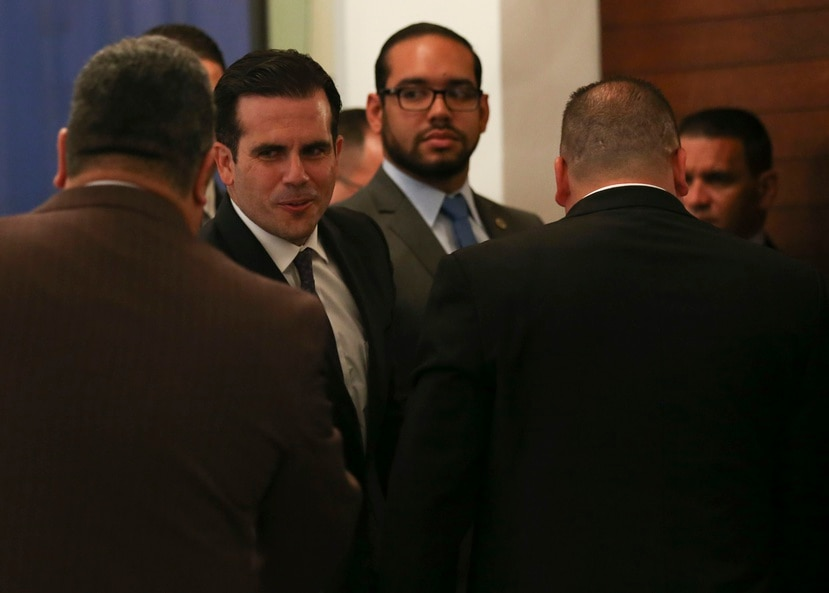 En las pasadas semanas trascendió que Rosselló Nevares pudiera regresar al ruedo político con una candidatura para las elecciones del 2020. En la foto, Rosselló y, al fondo, Raymond Cruz.