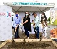 De izquierda a derecha: José Reyes, director de la Región Porta Caribe; Carla Campos, directora ejecutiva de la Compañía de Turismo de Puerto Rico; Miguel Vázquez y Sandrysabel Ortiz, desarrolladores de Kontel Adverture Hotel.