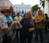 Wanda Vázquez Garced busca su cajita de Reyes Magos junto a niños que llegaron hasta La Fortaleza
