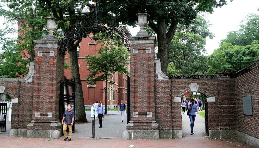 La entrada de la Universidad de Harvard en  Cambridge, Massachusetts.