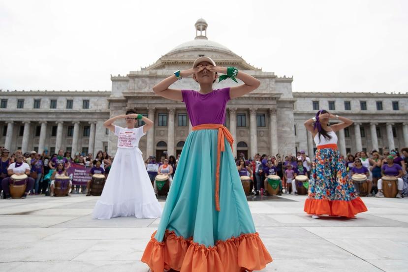 Un grupo de jóvenes realizó un acto frente al Capitolio.